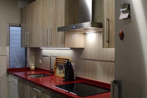 cocina blanca encimera roja amazing cocina  muebles
