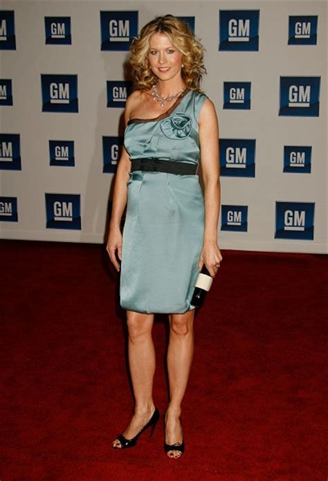 Celebrity Tidbits: Jenna Elfman Shows Off Baby Bump at the