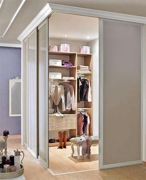 Einrichtung Kleiner Kuechekleine Kueche Hinter Schiebetuere 1 by Wie Sie Sich Den Traum Vom Begehbaren Kleiderschrank
