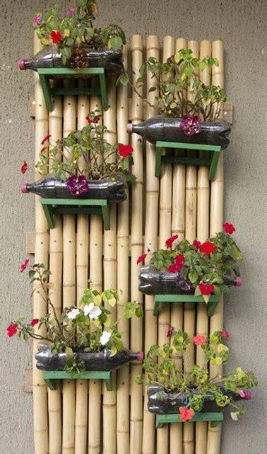 un mur v 233 g 233 tal en bambou fait avec des bouteille de r 233 cup