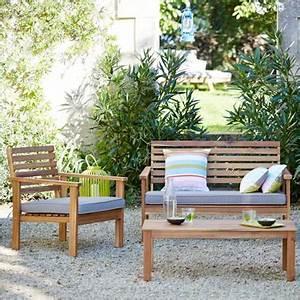 Salon De Jardin Terrasse : la terrasse accueille un joli salon de jardin familial ~ Teatrodelosmanantiales.com Idées de Décoration