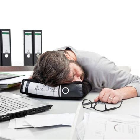 sieste au bureau covert workplace napping pillows at work