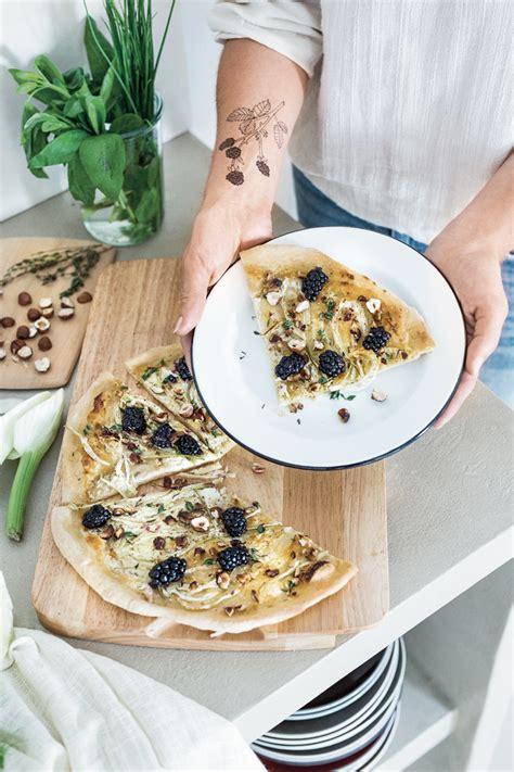 cuisiner une pizza cuisiner une pizza sucrée salée à la mûre et au fenouil
