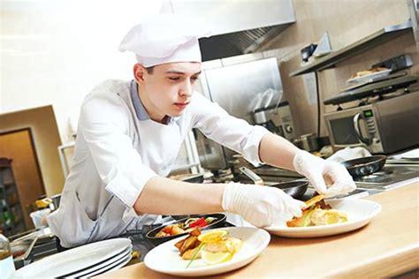 commis en cuisine devenir commis de cuisine salaire formation fiche métier