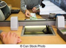 commis bureau client remettre caissier notes images de stock