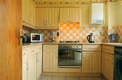 yellow kitchen theme ideas šiuolaikinis bet jaukus kaimiškas stilius interjere