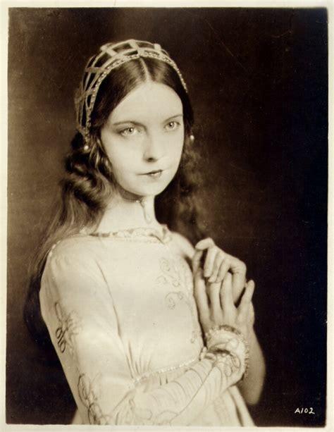 Lillian Gish as Romola, 1924 – costume cocktail