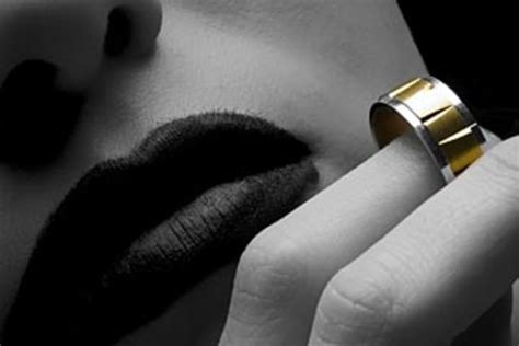 when to remove the wedding ring