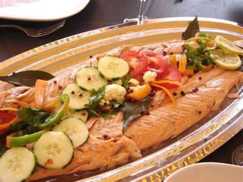 cuisiner un saumon entier saumon entier au four sauce au poivre vert la bonne cuisine