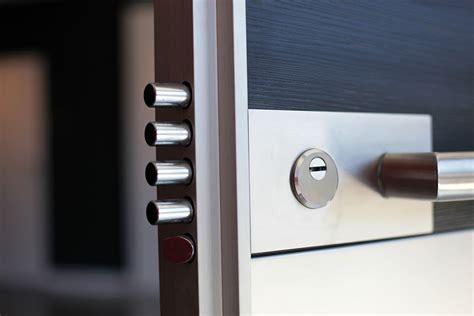 pas de la porte bien choisir la serrure de sa porte d entr 233 e fabricant de portes d entr 233 e d ouvrants monobloc