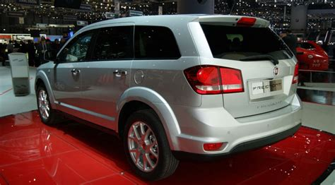 fiat freemont   italian dodge journey  car