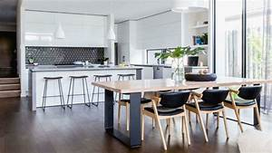 1001 idees pour amenager une cuisine ouverte dans l39air for Deco cuisine avec chaise blanche et bois