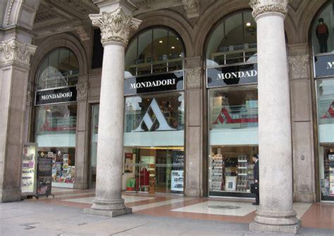 Libreria Piazza Duomo by La Mondadori Se Rinnova