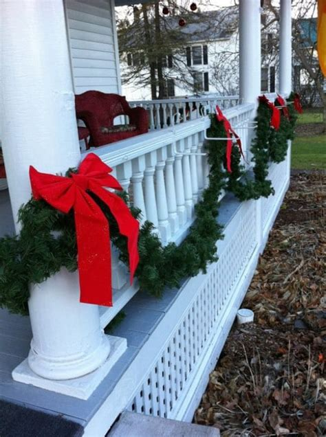 beautifully festive ways  decorate  porch