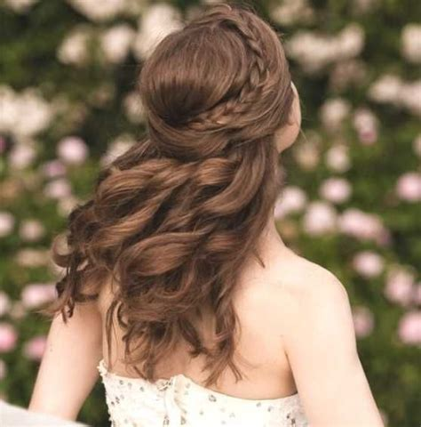 frisuren halboffen geflochten die besten 25 frisuren halboffen ideen auf abiball frisuren lange haare halboffen