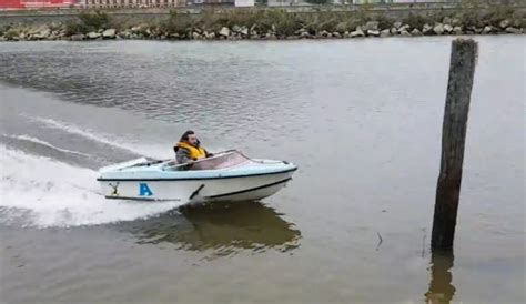 Boat Crash Into Pole by Guy Expertly Pilots Speedboat Straight Into A Pole Neatorama