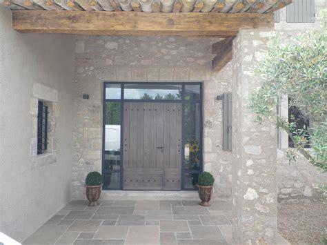 cuisine grise et bois porte d 39 entrée avec encadrement metal et verre