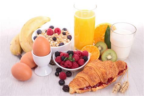 de cuisine qui cuit les aliments petit déjeuner