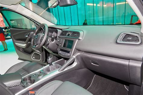 renault kadjar automatic interior renault kadjar crossover shows disappointing interior at