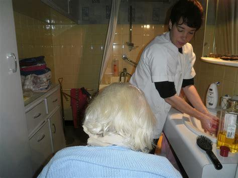 aide toilette personnes agees a tout age aide 224 domicile croix rousse services 224 la personne auxiliaire de vie 224 la croix