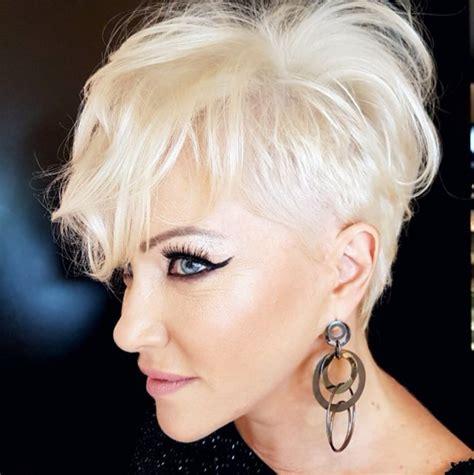 krotkie fryzury dla kobiet  lat  wiecej eleganckie ciecia  grzywka asymetryczne bob