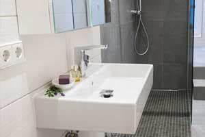 Kleines Bad Optisch Vergrößern : ein kleines badezimmer mit fu bodenheizung warmup ~ Bigdaddyawards.com Haus und Dekorationen