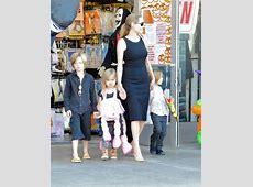 EGO Ao lado dos filhos, Angelina Jolie circula com