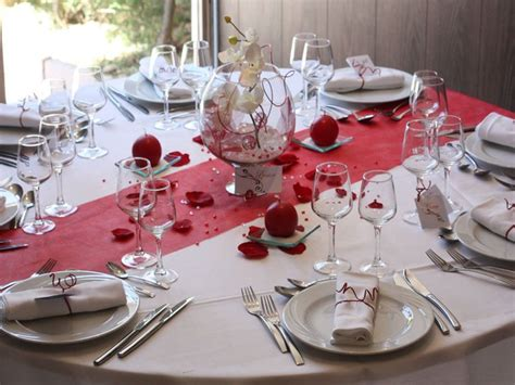 modele decoration de table mariage rouge en  table
