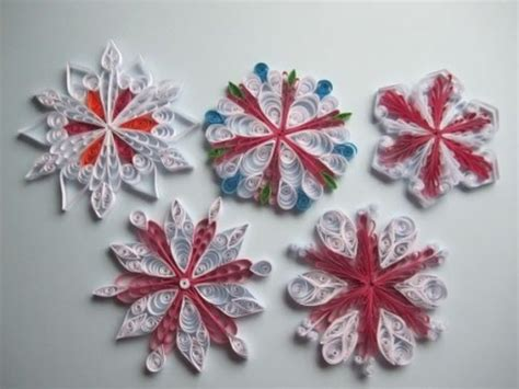 aus papierröllchen diy schneeflocken aus papier mit kamm basteln