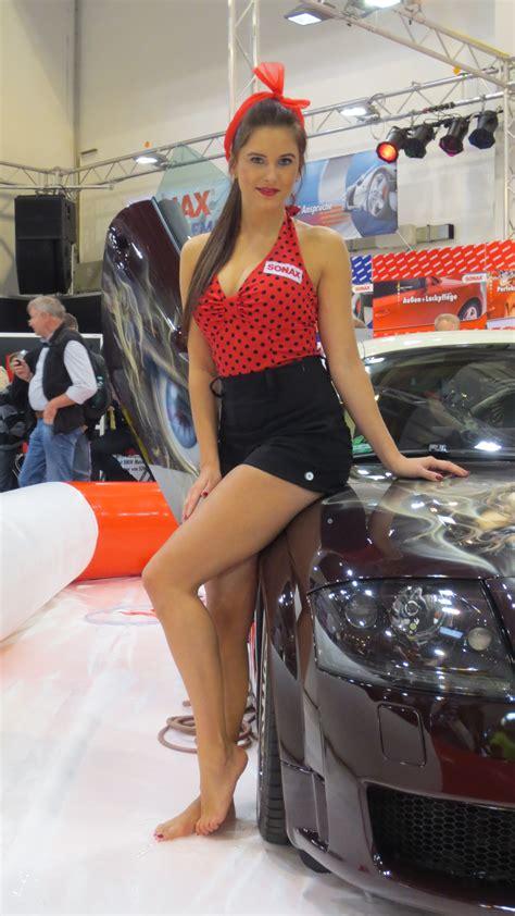 girls  essen motor show  autoevolution