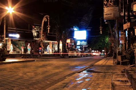 jalan legian kuta bali tempat favorit wisatawan clubbing