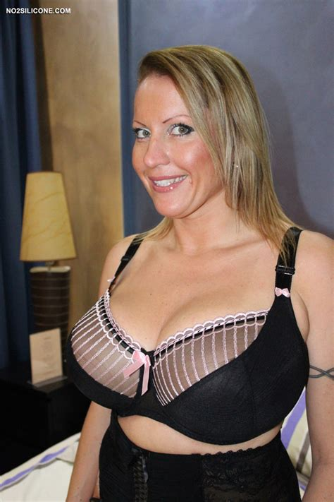 No Silicone Busty Laura Hot Busty Milf Exclusive Content Nude Gallery