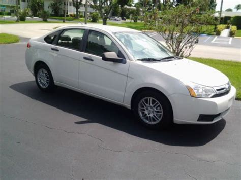 sell  ford focus se  white great codition