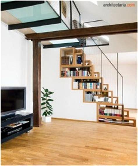 rak tangga menilkan barang pajangan melalui rak dibawah tangga