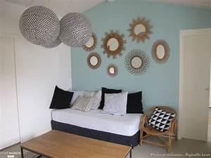 petit salon avec peinture murale quotbleu clairquot et miroirs With tapis d entrée avec canapé en rotin