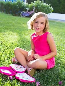 Junge Mädchen Fotos : junge m dchen spielen mit make up set sitzend im gras stockfoto 18420181 ~ Markanthonyermac.com Haus und Dekorationen