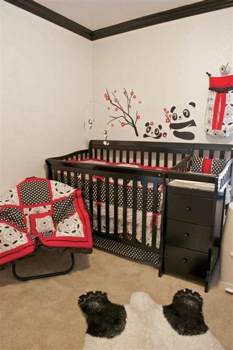 chambre bébé panda chambre de bébé avec un lit en bois et déco murale sur le