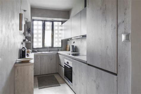 peinturer armoire de cuisine en bois peinture gris perle et meubles blanc cassé en déco mini studio