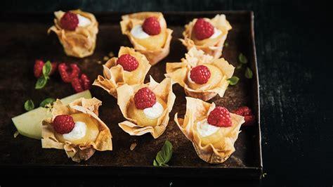 Karamelizētas filo mīklas groziņš ar ābolu biezeni un saberzta biezpiena krēmu - Recepte ...
