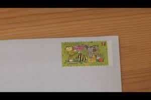 In der regel macht das die poststelle oder eine hilfskraft. VIDEO: Wo kommt die Briefmarke hin?