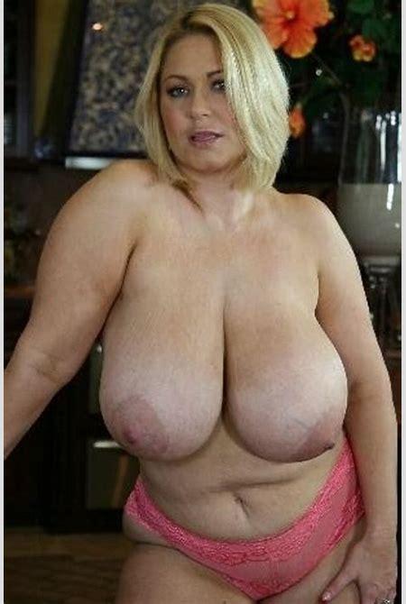 Schamlose Frauen zeigen dicke Dinger als Riesentitten