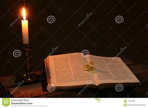 preghiera della candela candela libro di preghiera della bibbia fotografia