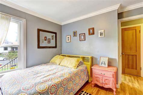 chambre à coucher simple chambre à coucher simple avec les murs bleu clair image