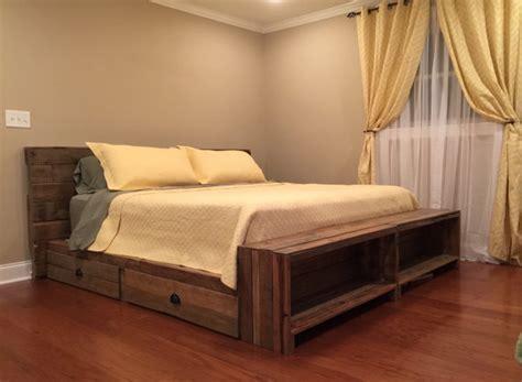 canapé lit en palette articles similaires 224 palette recycl 233 e lit plate forme en