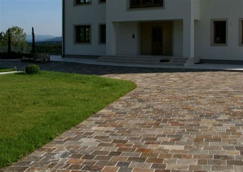 pflastersteine modernes haus naturstein pflaster gneis einfahrt pflasterung