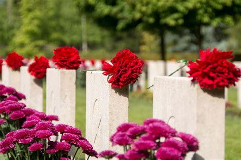 bloemen voor russiche soldaten bloemen en foto s bij de graven stichting russisch ereveld