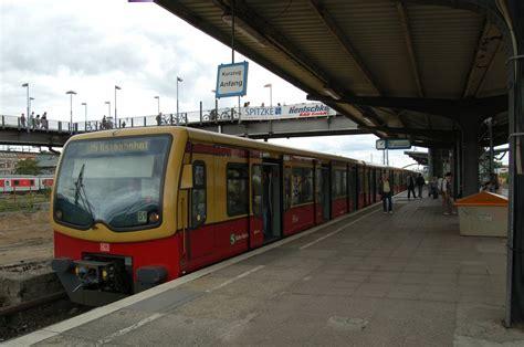 S-bahnhof Warschauer Straße. Ein Zug Der S75 Steht Hier