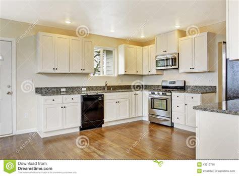 cocina  los gabinetes  los tops blancos del granito