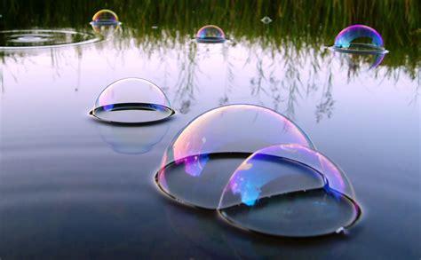 pourquoi les bulles se collent a la surface d un liquide