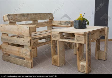 Robuste Sitzbank Und Tisch Aus Paletten Lizenzfreies